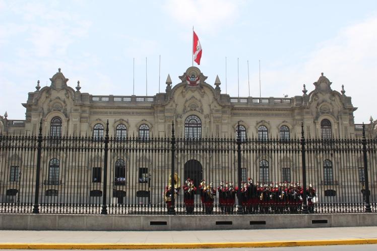 Relève de la garde devant le palacio del Gobierno