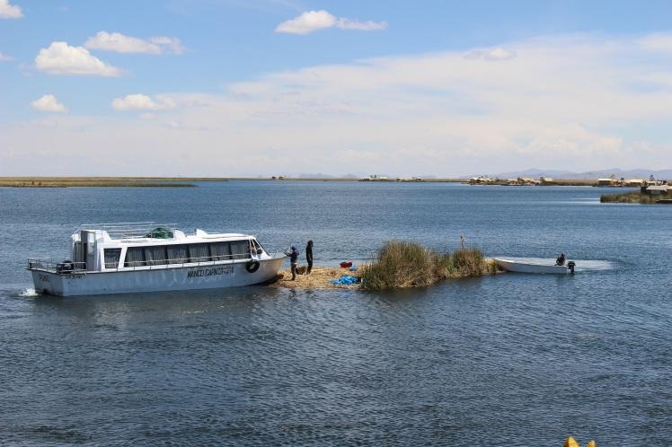 Locaux en train de déplacer un bout d'île en bateau