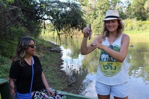 Prête à pêcher à côté du croco sur la berge