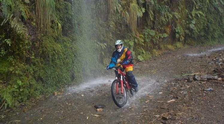 Passage de Flavien sous la cascade