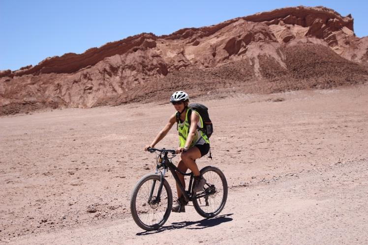 Steph en vélo dans la valle de la Luna