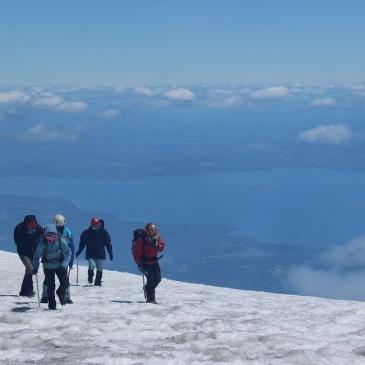 Grimpeurs sur le point d'arriver devant le cratère
