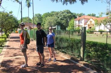 Ségo, Flav et Célia devant l'entrée