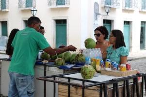 Un vendeur d'eau de coco