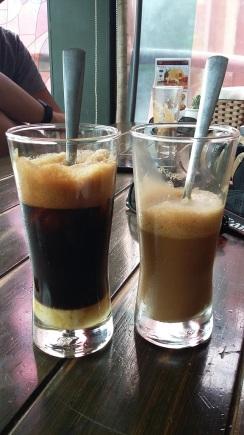 Ca Phe Sua Da tel qu'il est servi à gauche avec le lait concentré en bas et mélangé à droite
