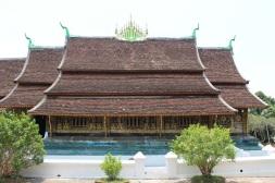 Le toit en pan est typique des temples laotiens
