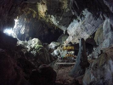 Le bouddha à l'intérieur de la grotte