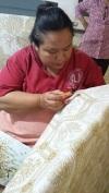 Etape 1 : Le travail est très minutieux et peut prendre plusieurs semaines pour un même tissu